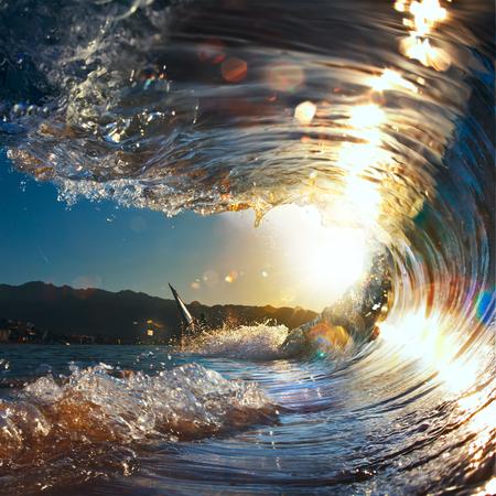 일몰 바다 곱슬 깨는 파도 햇빛에 빛나는