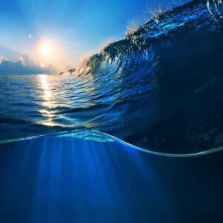 ocaen-view seascape landscape Big surfing ocean wave with slightly cloudy sky and the sun Foto de archivo
