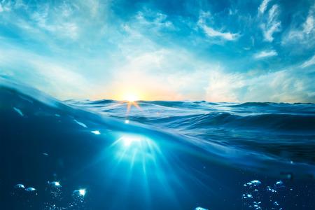 Modello di progettazione con la parte sott'acqua e tramonto lucernario spacco da linea di galleggiamento Archivio Fotografico - 60890660