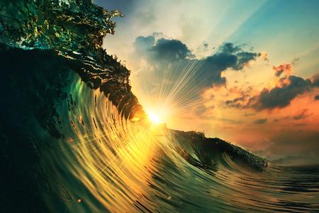 vague océanique rugueuse qui tombe au coucher du soleil