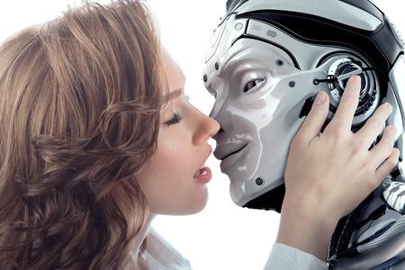 사랑으로 남성 로봇 키스 아름 다운 여자. 서로 매우 가까운 두 얼굴. 인공 사이보그 실제 여자의 관계. 미래 부부의 근접 촬영 초상화. 스톡 콘텐츠