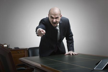 jefe enojado: jefe enojado gritando en la oficina