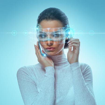 Hightech 배경에 대 한 자필 허드와 함께 작동하는 미래의 가상 안경 착용 매력적인 사업가의 이미지 스톡 콘텐츠
