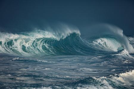 海に衝突する巨大な波。海景環境の背景。泡と飛沫と水の質感。誰もいないハワイのサーフィンスポット 写真素材