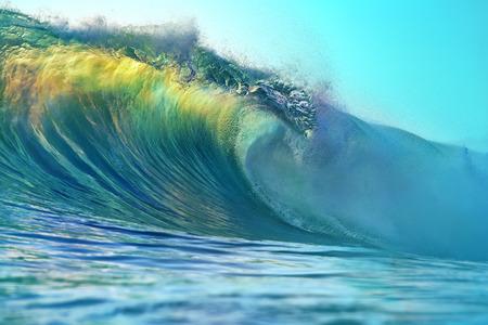 밝은 다채로운 서핑 바다 물결의 배럴입니다. 이미지에 아무도와 스포츠 활동에 대 한 일몰 색상에서 열 대 배경. 스톡 콘텐츠