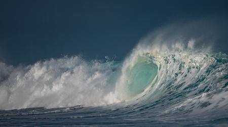 거 대 한 파도가 바다에서 충돌입니다. 경치 환경 배경입니다. 거품과 밝아진 물 텍스처입니다. 아무도없는 하와이 서핑 명소