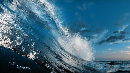 La più bella onda per il surf a botte, l'acqua dell'oceano, i media per sport acquatici Archivio Fotografico