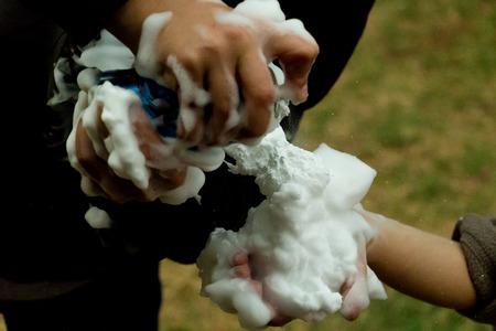 ni�o empujando: ni�os jugando con espuma