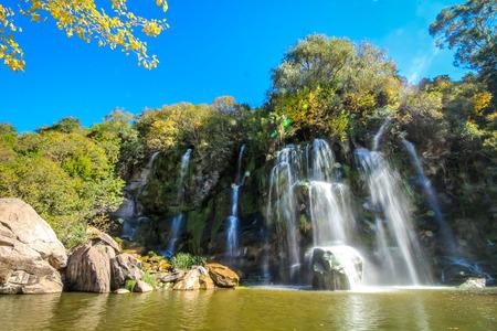 Waterfall between rocks Stockfoto