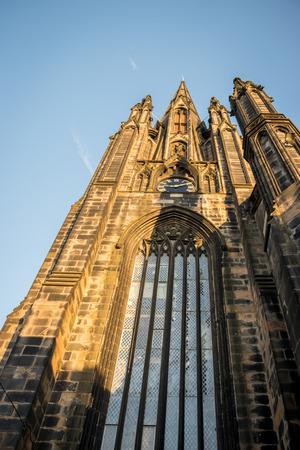 edinburgh cathedral seen from below Standard-Bild - 119550274