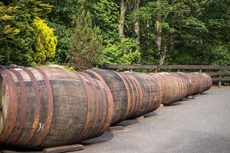 whiskey barrels outside in a scottish distillery Standard-Bild