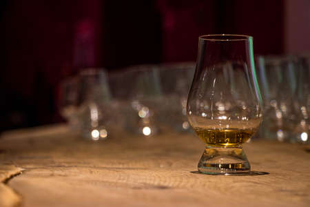 whiskey in a glass on wood table Standard-Bild