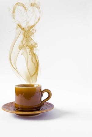 desayuno romantico: Copa de coraz�n caf� sobre fondo blanco Foto de archivo