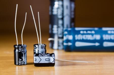 electrolytic: tres condensadores electrol�ticos poco sobre la mesa  Foto de archivo