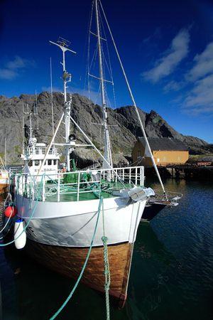 retained: Barco pesquero amarrado en el puerto de Nussfjord (islas Lofoten)