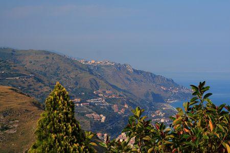 lussureggiante: Il Mediterraneo mare e la rigogliosa vegetazione di sicilia Archivio Fotografico