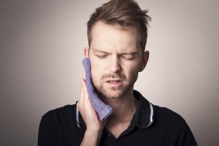 歯の痛みを持っている人