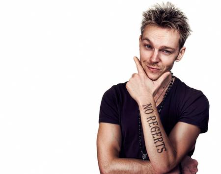 """Homme avec tatouage """"no regerts"""" Banque d'images - 81285815"""
