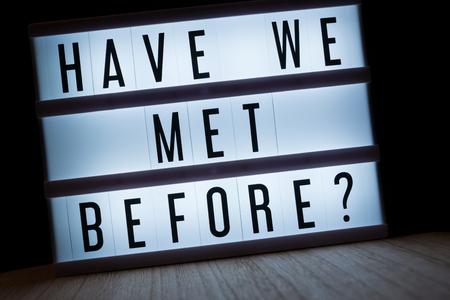 """""""Haben wir uns schon vorher getroffen?"""" Text in Lightbox Standard-Bild - 82159810"""
