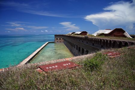 Signs tell visitors to stay off of Fort Jefferson's unstable walls, Dry Tortugas National Park 免版税图像