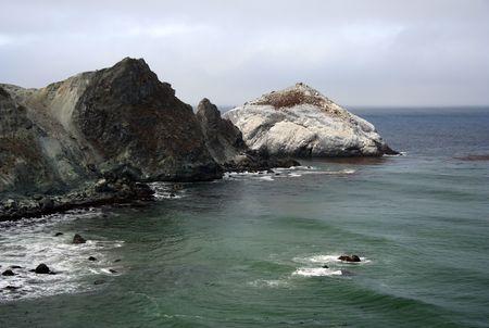 Un litoral rocoso de Big Sur en California central  Foto de archivo