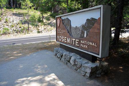 Signo de entrada al Parque Nacional de Yosemite, California  Foto de archivo