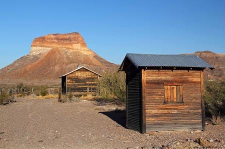 Estructuras de madera vieja en la secci�n Costolon en Parque Nacional Big Bend Editorial
