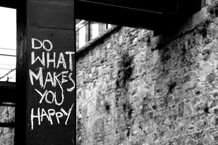Haga lo que le hace feliz, pintada en Savannah, Georgia Foto de archivo - 56005750