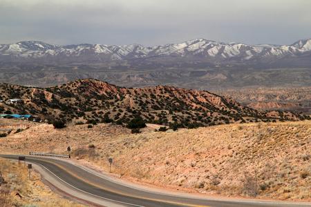 タオス、ニュー メキシコ州北部への高い道に沿って風光明媚な風景