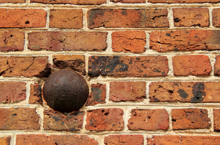 Cannon balls from the American Revolution can still be found lodged in the walls of the elegant Nelson House October 7, 2017 in Yorktown, VA 新聞圖片