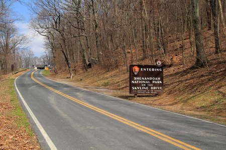An elaborate sign welcomes visitors to Skyline Drive in Shenandoah National Park, Virginia 스톡 콘텐츠