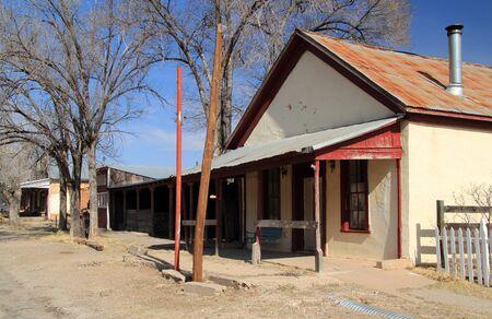 De hoofdstraat door Lincoln, New Mexico, loopt langs tal van oude gebouwen die prominent aanwezig waren in de beruchte Lincoln County War