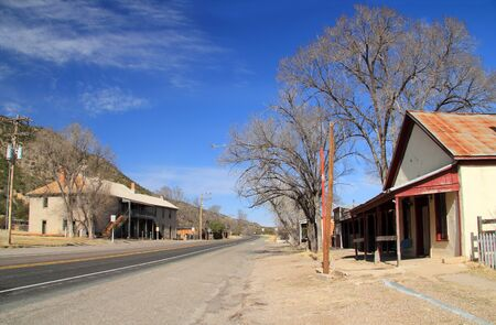 The main street through Lincoln, New Mexico, passes in front of numerous old structures that featured prominently in the infamous Lincoln County War Stockfoto