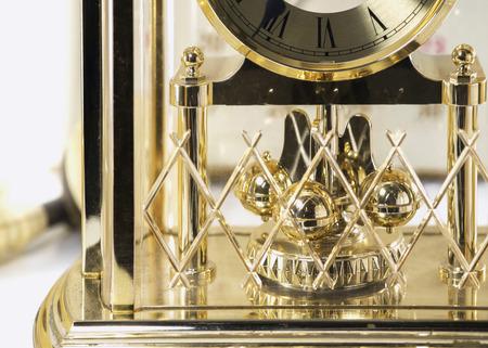 reloj de pendulo: Cierre para arriba del reloj de p�ndulo de oro.