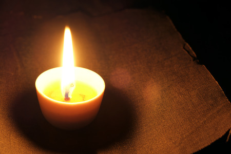 luz de velas: Candlelight colocado en edad de cuero negro.