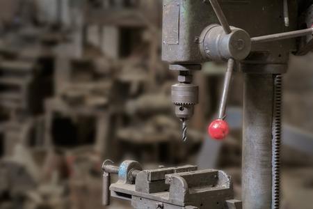 Oude en vuile boormachine in de fabriek.