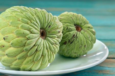 sweetsop: Custard apple sul piatto bianco. Archivio Fotografico