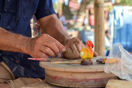 Close up mains mâle de cygne de sculpture avec de l'argile. Art folklorique. Banque d'images