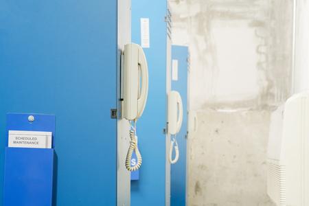 circuitos electronicos: Vista del tel�fono detr�s de control de circuitos electr�nicos.