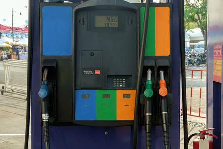 surtidor de gasolina: Vista de la estación de bombeo de gasolina. Foto de archivo