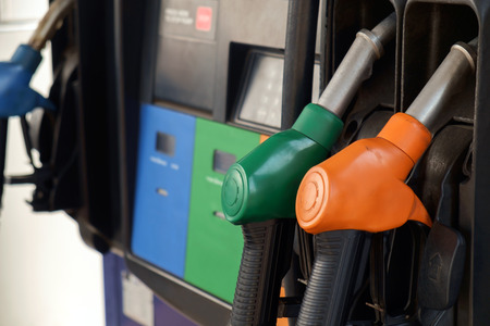 surtidor de gasolina: Vista de la estaci�n de bombeo de gasolina. Foto de archivo
