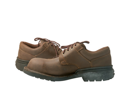 calzado de seguridad: Zapatos de seguridad sobre fondo blanco. Dispositivos de protección para aplicaciones industriales.