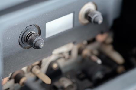 grabadora: Vista del reproductor de casete viejo y sucio. En el interior de la radio.