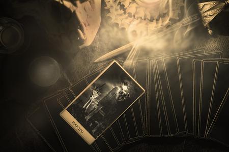 Weergave van de kaart tonen middelvinger op de tafel onder kaarslicht. Donkere toon. Stockfoto