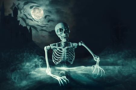 Skelett wacht nachts auf dem Friedhof auf. 3D-Darstellung.