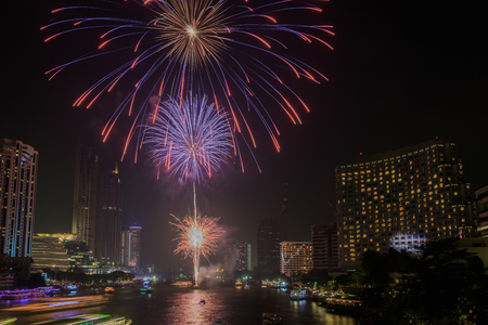 Colorful of fireworks on the river at night with city background, Bangkok, Thailand. 免版税图像