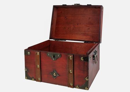 Vieux coffre au trésor en bois sur fond blanc. Banque d'images