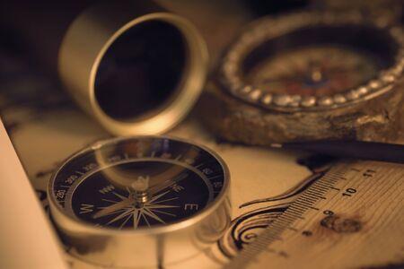 Blick auf den Kompass auf der alten Karte. Retro-Stil. Dunkler Ton. Weicher Fokus. Standard-Bild