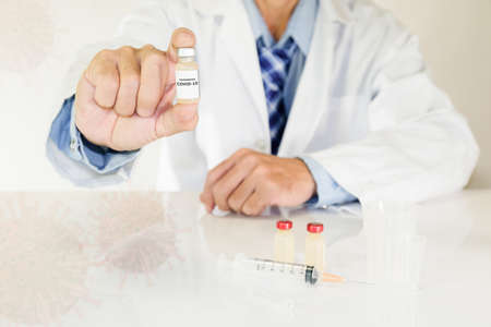 Doctor holding Coronavirus COVID-19 vaccine bottle. 免版税图像