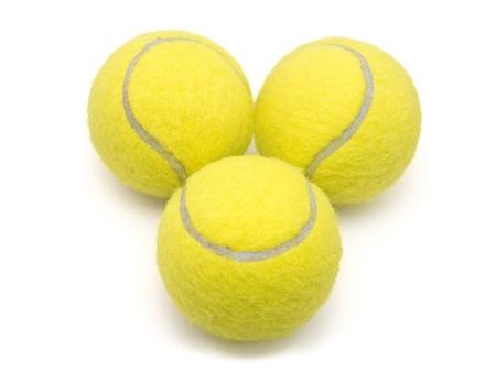 jugando tenis: Primer plano de pelotas de tenis aislado en un fondo blanco